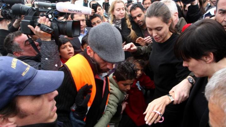 Gest de umanitate! Angelina Jolie a vizitat un centru pentru refugiați din Atena (VIDEO)