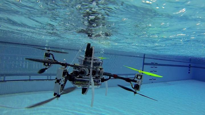 Drona în acțiune! Zboară și înoată în același timp, fără probleme