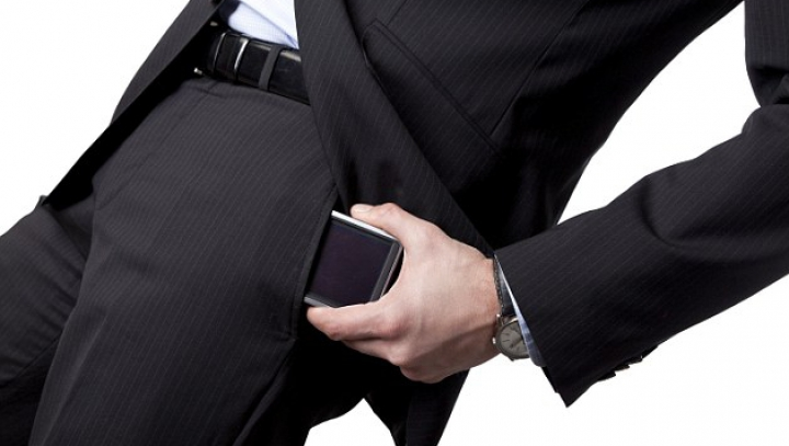Germanii au inventat boxerii ce vor apăra bărbații de radiația telefoanelor mobile. Care e secretul