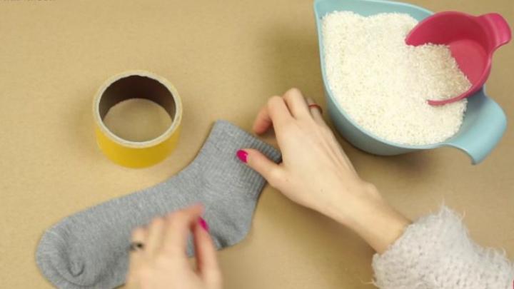 Te va lăsa fără cuvinte! Ce se întâmplă dacă adaugi orez într-o șosetă (VIDEO)