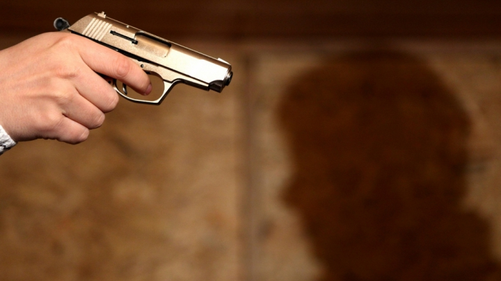 CA ÎN FILME! Patru indivizi din Transnistria au jefuit un tânăr din Capitală, amenințându-l cu pistolul