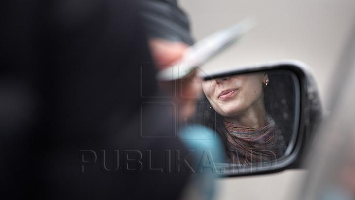 Prinsă în flagrant. O femeie circula nestingherit fără permis şi cu numere de înmatriculare false