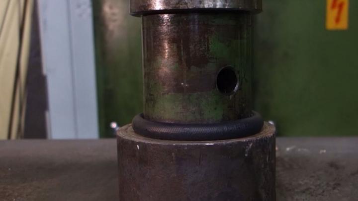 (VIDEO) Ce se întâmplă cu un puc de hochei când e pus sub presă hidraulică