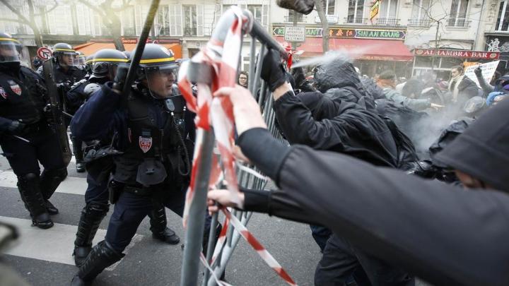 PROTESTE VIOLENTE la Paris: Circa 5.000 de liceeni s-au luat la bătaie cu forțele de ordine