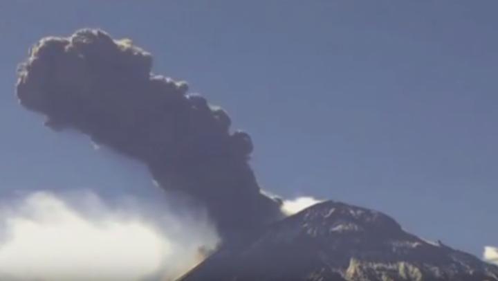 Alertă aeriană în Alaska: Vulcanul, care a erupt ultima dată în 2014, s-a trezit la viaţă (VIDEO)