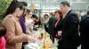 """""""Târgul dulciurilor"""" la Parlament. Demnitarii au sărit în ajutorul unei familii nevoiaşe din Capitală"""