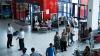 Pasager EXTREM DE FURIOS la Aeroport. Un bărbat a lovit cu mâinele și picioarele în pereți