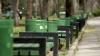 Nesimțire fără margini! Mai multe bănci și coşuri de gunoi dintr-un parc din Capitală au fost vandalizate