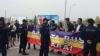 Un grup de tineri a întâmpinat cu proteste la aeroport cinci ofiţeri ruşi, porniţi spre Tiraspol