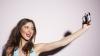 LA UN PAS DE MOARTE! O tânără a rămas blocată între stânci în timp ce încerca să-şi facă selfie (VIDEO)