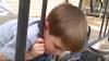 S-a trezit cu capul între gratii. Cum s-a eliberat copilul fără intervenția salvatorilor (VIDEO)