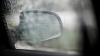 DĂ CU PUMNUL ÎN CAPOTĂ şi RUPE OGLINDA! Un tânăr loveşte maşina unei şoferiţe îngrozite (VIDEO)