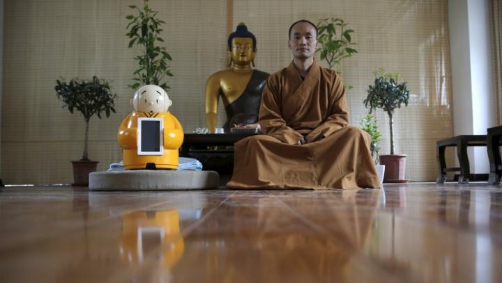 Robotul-călugăr, noua atracţie a unui templu budist din China. Ce funcţii îndeplineşte maşinăria