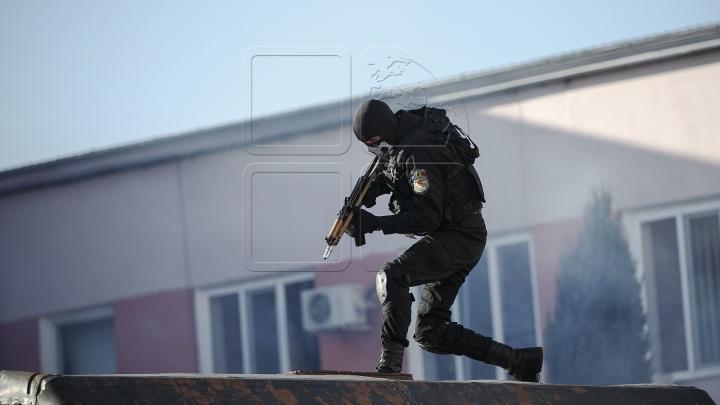 """ALERTĂ ŞI ACŢIUNE! Mascații de la """"Fulger"""" au descins în apartamentul unei grupări criminale (VIDEO)"""
