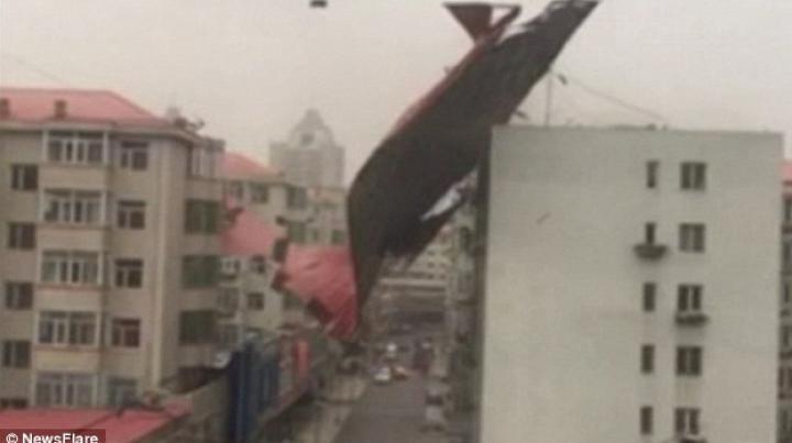 Furtună VIOLENTĂ în China! Acoperişul unei case a fost pur şi simplu luat de vânt (VIDEO)