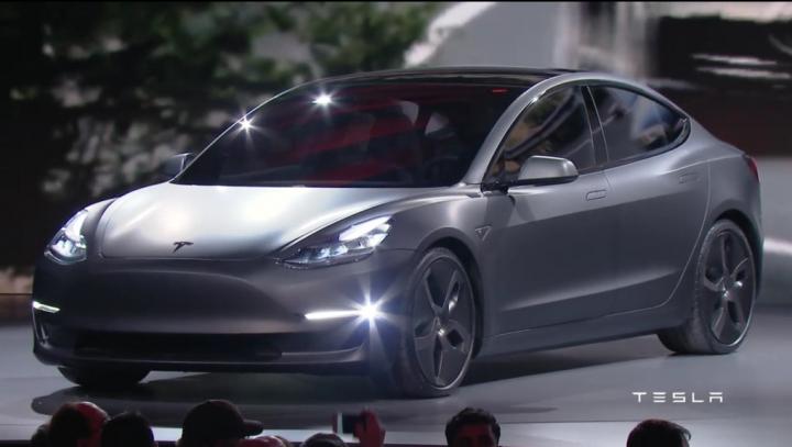 PREMIERĂ OFICIALĂ! Tesla arată noul Model 3. SPECIFICAŢII şi PRECOMENZI