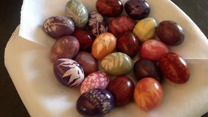 SFATURI INTERESANTE! Cum să obţii cele mai frumoase ouă de Paşte cu model de frunze