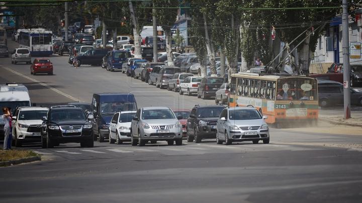 NO COMMENT! Replica monumentală a unui şofer tupeist din Chişinău (VIDEO)