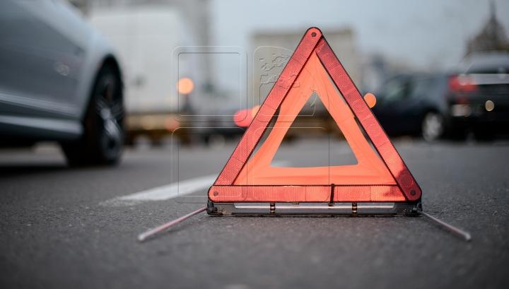 MANEVRĂ ULUITOARE! Momentul când un șofer buclucaș provoacă un accident în Capitală