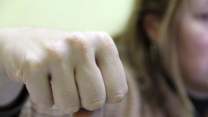 BĂTAIE CRÂNCENĂ la Drochia! O femeie, luată la pumni de altele trei ziua în amiza mare (VIDEO)