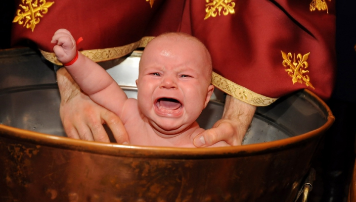 Să respecţi sau nu tradiţiile şi superstiţiile legate de botez?