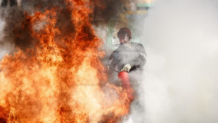 Incendiu devastator în capitala Indiei: Șase pompieri au fost răniți şi internaţi în spital (VIDEO)