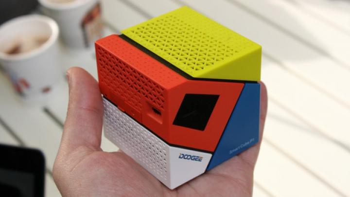 Gadgetul perfect! Videoproiectorul de buzunar care este destinat prezentărilor rapide (VIDEO)