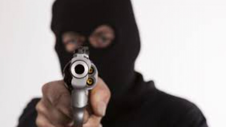 CURAJ INCREDIBIL. O femeie a fugărit un hoţ înarmat dintr-un magazin (VIDEO)