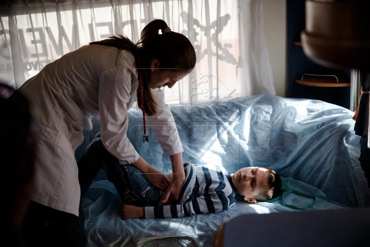 """Campania """"Renaște Moldova"""": Zeci de copii din Hâncești au fost examinați gratuit de medicii pediatri (FOTOREPORT)"""
