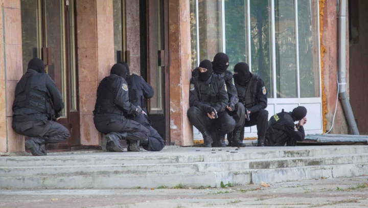 ALERTĂ ŞI ACŢIUNE în Capitală! Obiecte suspecte şi persoane dubioase, identificate de ofiţerii SIS