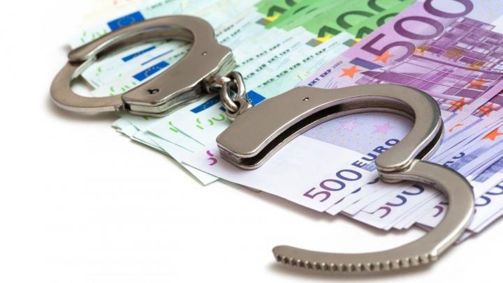 Grupare criminală care falsifica bani, DESTRUCTURATĂ. Ce au găsit poliţiştii în geanta unui suspect