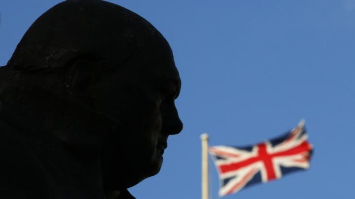 Protest inedit în Londra! Ce au făcut activiștii Greenpeace cu mai multe statuiete din oraș (FOTO)