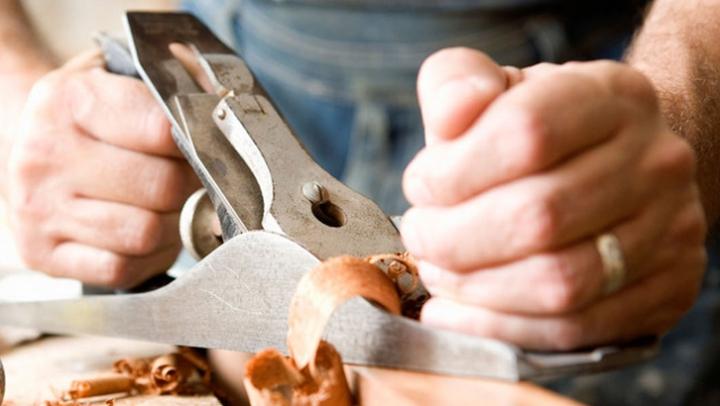 A lăsat cu gura cascată lumea întreagă. Un bărbat și-a construit o mașină din lemn (VIDEO)