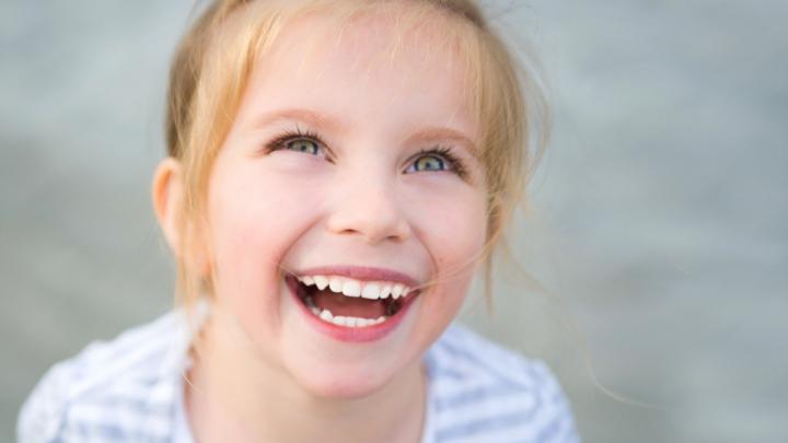 METODA INGENIOASĂ la care a recurs un tătic pentru a scoate dintele de lapte al fiicei sale (VIDEO)