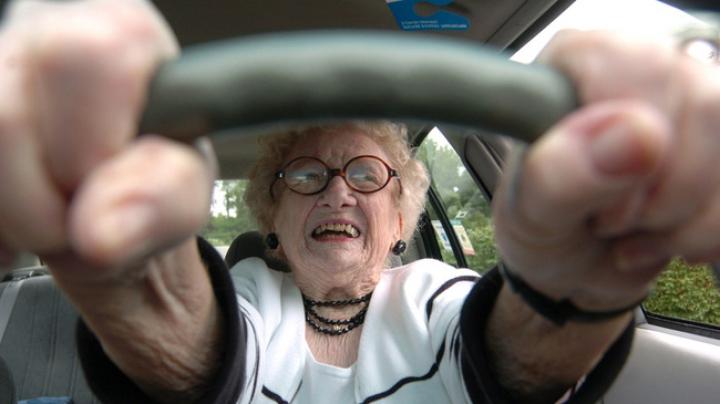 VIRAL PE INTERNET! Reacţia unei bătrâne aflate la volanul unei maşini de ultimă generaţie (VIDEO)