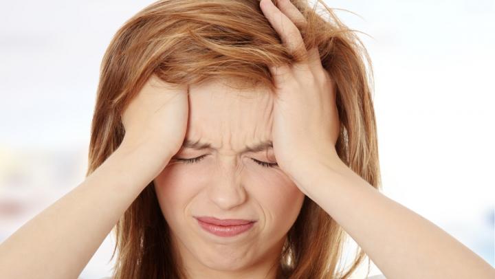 Obiceiuri cotidiene care-ți dau dureri de cap. Află de ce trebuie să le evităm