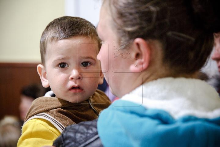 """Cabinetul mobil de pediatrie """"Renaşte Moldova"""" a ajuns la Cigârleni. Peste 100 de copii sunt examinaţi (FOTOREPORT)"""
