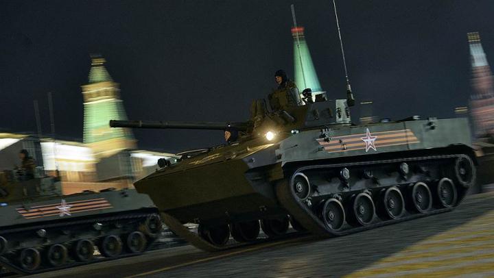 Circulaţia în centrul Moscovei, PARALIZATĂ din cauza a ZECI de tancuri şi lansatoare mobile de rachete