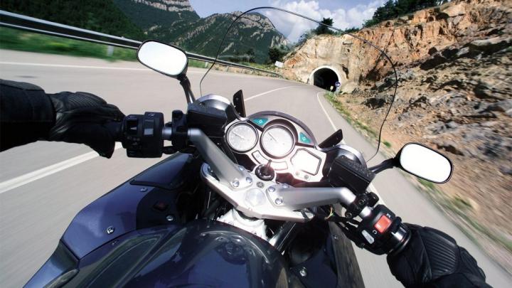 REACŢIA SALVATOARE! Cum un motociclist a evitat să ajungă sub roţile unui camion