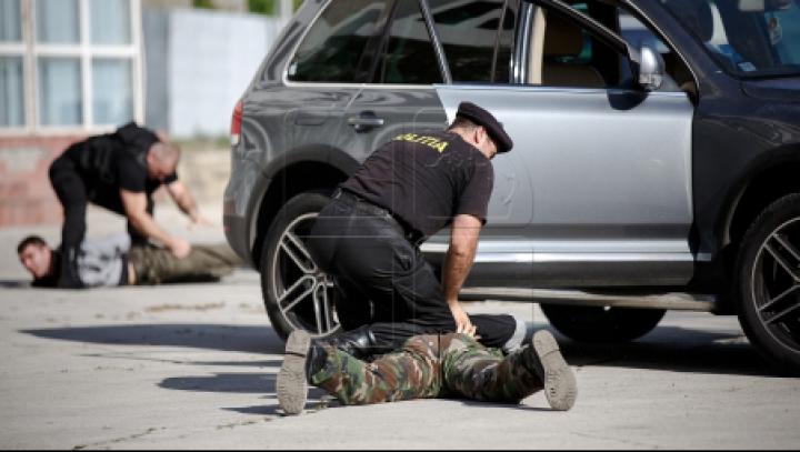 Doi bărbați din Hâncești, REŢINUŢI. Ce a descoperit Poliţia în geanta indivizilor (VIDEO)