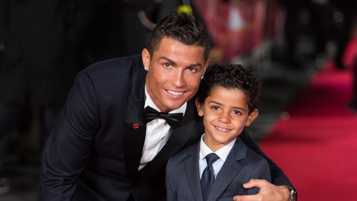 Își face bine meseria de tată. Cristiano Ronaldo l-a învăţat pe fiul său să tragă la poartă (VIDEO)