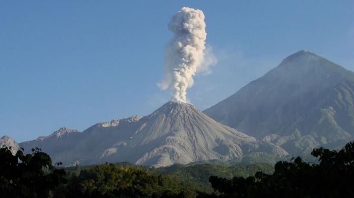 Vulcanul Santiaguito din Guatemala a început să erupă (FOTO)
