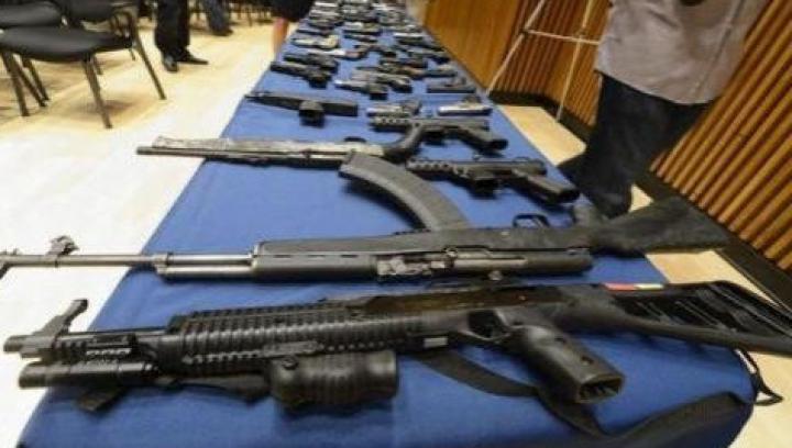 OPERAŢIUNE DE AMPLOARE! Zeci de arme de foc, grenade şi explozibil, confiscate de oamenii legii