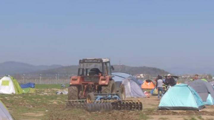 Un fermier grec a intrat cu tractorul într-o tabără de refugiaţi (VIDEO)