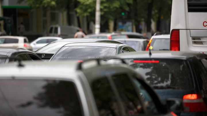 LE-A CRĂPAT RĂBDAREA! Cum ocolesc ambuteiajul câţiva şoferi tupeişti din Capitală (VIDEO)