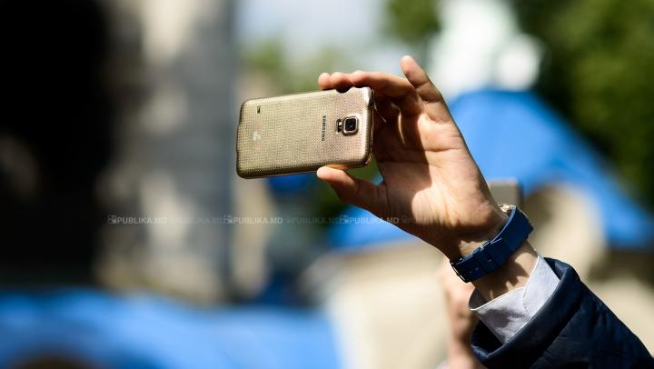 Samsung ar putea lansa un model inedit de smartphone. Acesta va putea fi transformat și-n mini tabletă