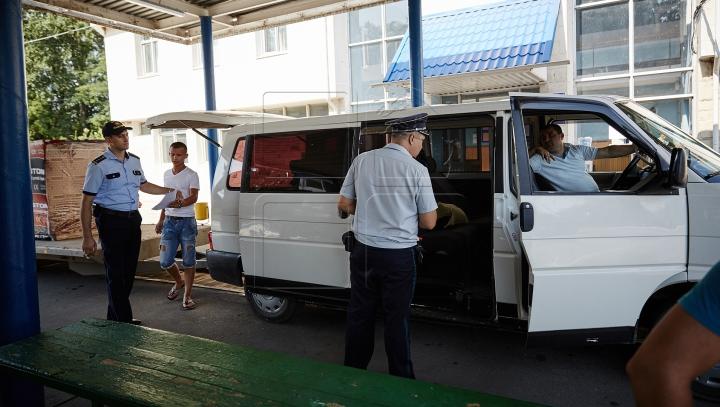 Tentativă EŞUATĂ! Ce au descoperit vameşii într-un microbuz cu pasageri, care se întorcea din Rusia