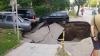 Zeci de mașini au fost avariate și umplute cu apă! Drumul pe care se aflau s-a surpat