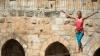 SENZAŢIONAL! Heather Larsen a traversat o sârmă întinsă la înălţimea celor două turnuri din Ierusalim