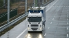 Camioane, conectate la cabluri ca troleibuzele. Sunt testate în Suedia